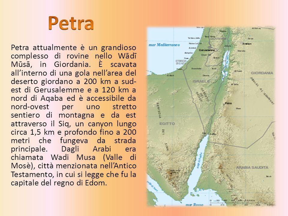 Petra attualmente è un grandioso complesso di rovine nello Wādī Mūsā, in Giordania.
