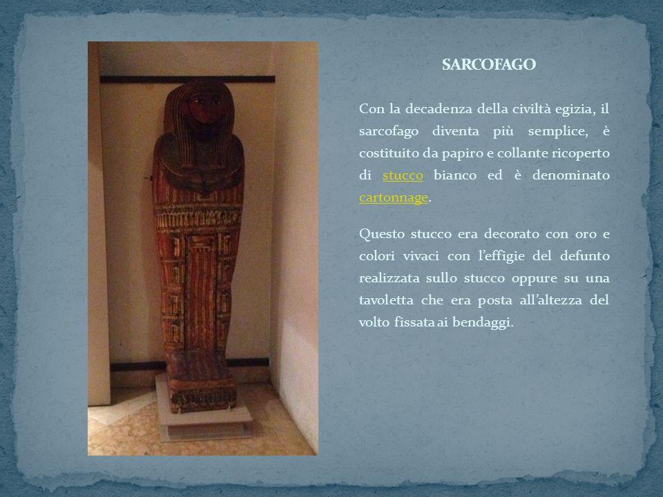 Con la decadenza della civiltà egizia, il sarcofago diventa più semplice, è costituito da papiro e collante ricoperto di stucco bianco ed è denominato