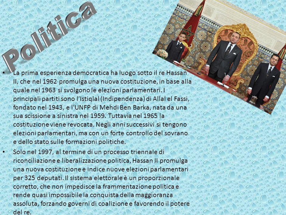 La prima esperienza democratica ha luogo sotto il re Hassan II, che nel 1962 promulga una nuova costituzione, in base alla quale nel 1963 si svolgono