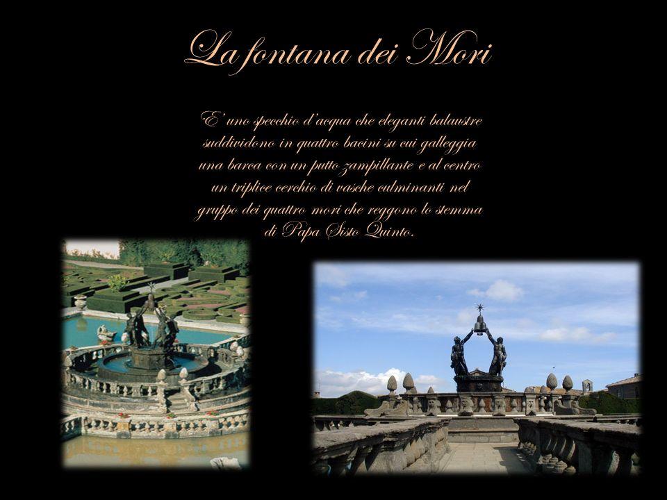 La fontana dei Mori E uno specchio dacqua che eleganti balaustre suddividono in quattro bacini su cui galleggia una barca con un putto zampillante e a