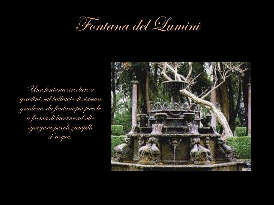 Fontana del Lumini Una fontana circolare a gradini; sul ballatoio di ciascun gradone, da fontane più piccole a forma di lucerne ad olio sgorgano picco