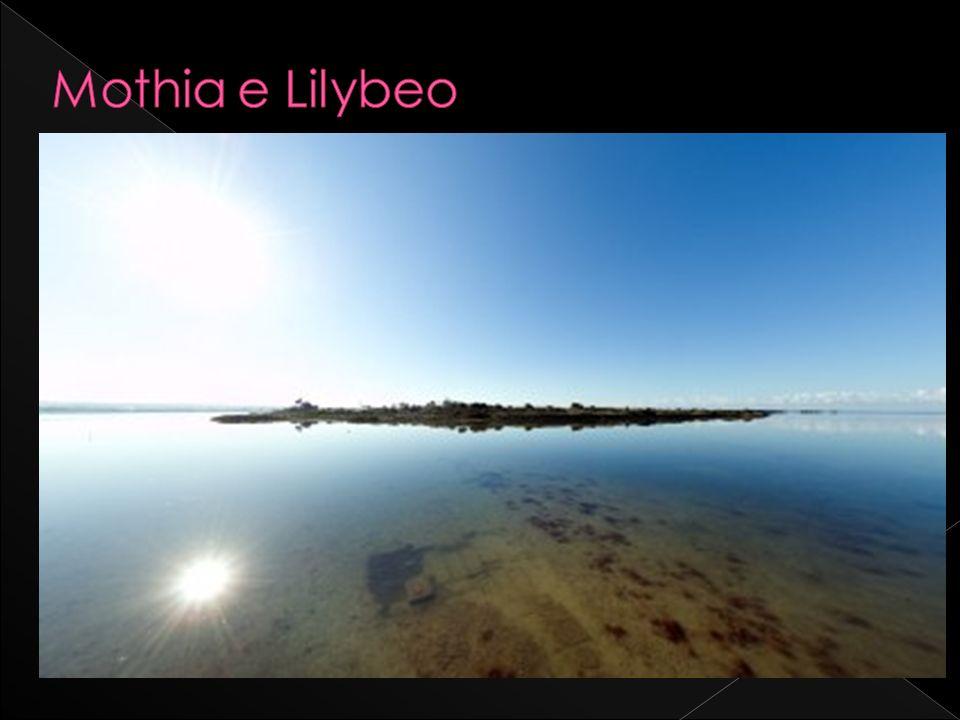 Lungo la litoranea Nord, litinerario della Via del Sale prosegue verso lisola di Mozia o Isola di San Pantaleo (suo nome odierno), una piccola isola in mezzo alla laguna dello Stagnone.