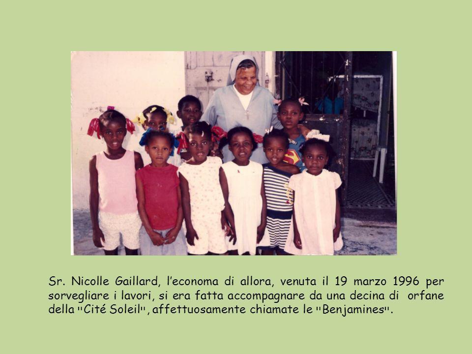 Sr. Nicolle Gaillard, leconoma di allora, venuta il 19 marzo 1996 per sorvegliare i lavori, si era fatta accompagnare da una decina di orfane della ײ