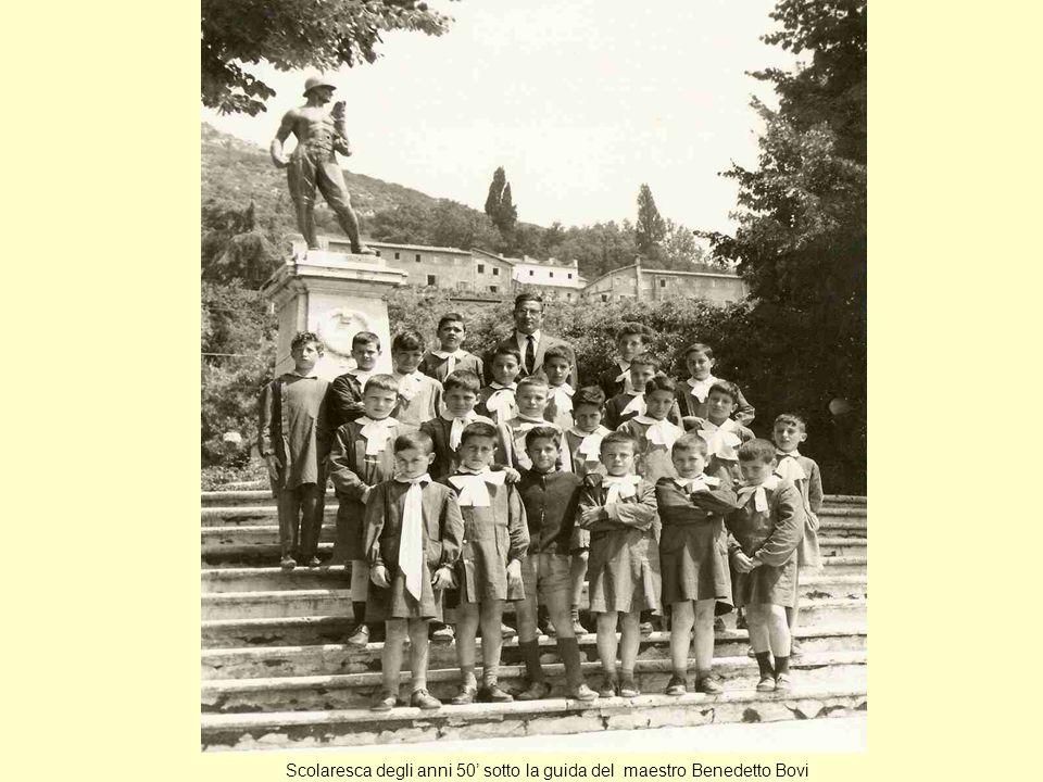 Scolaresca degli anni 50 sotto la guida del maestro Benedetto Bovi