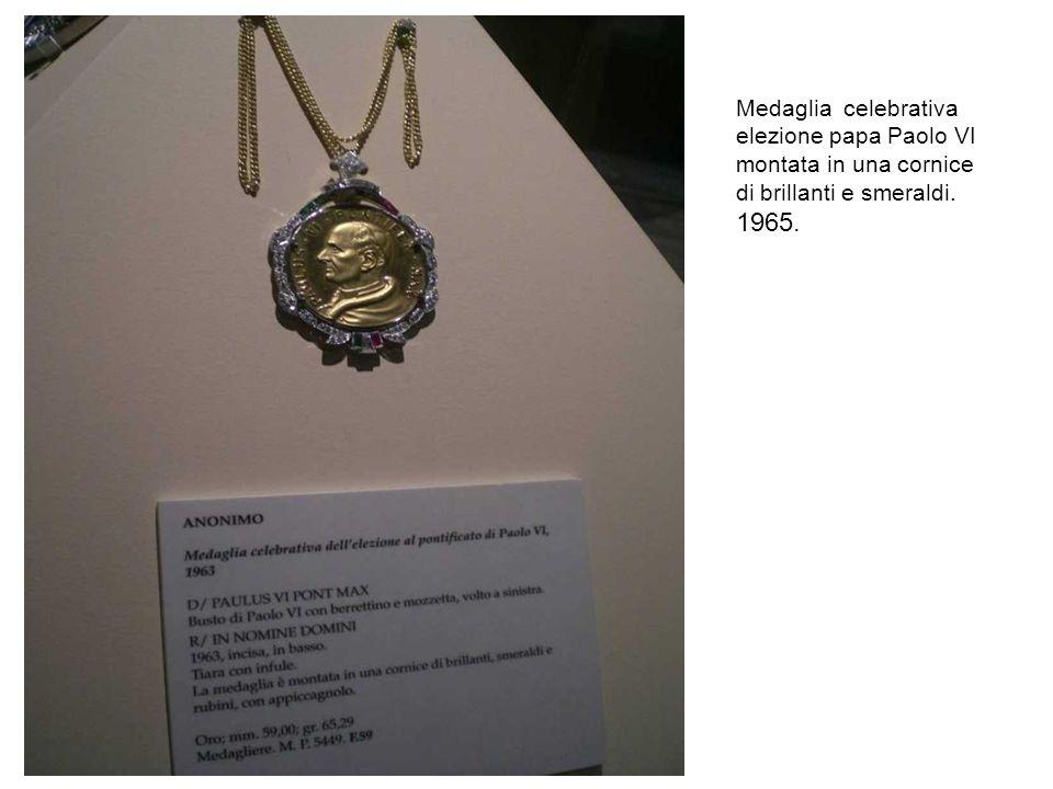 Medaglia celebrativa elezione papa Paolo VI montata in una cornice di brillanti e smeraldi. 1965.
