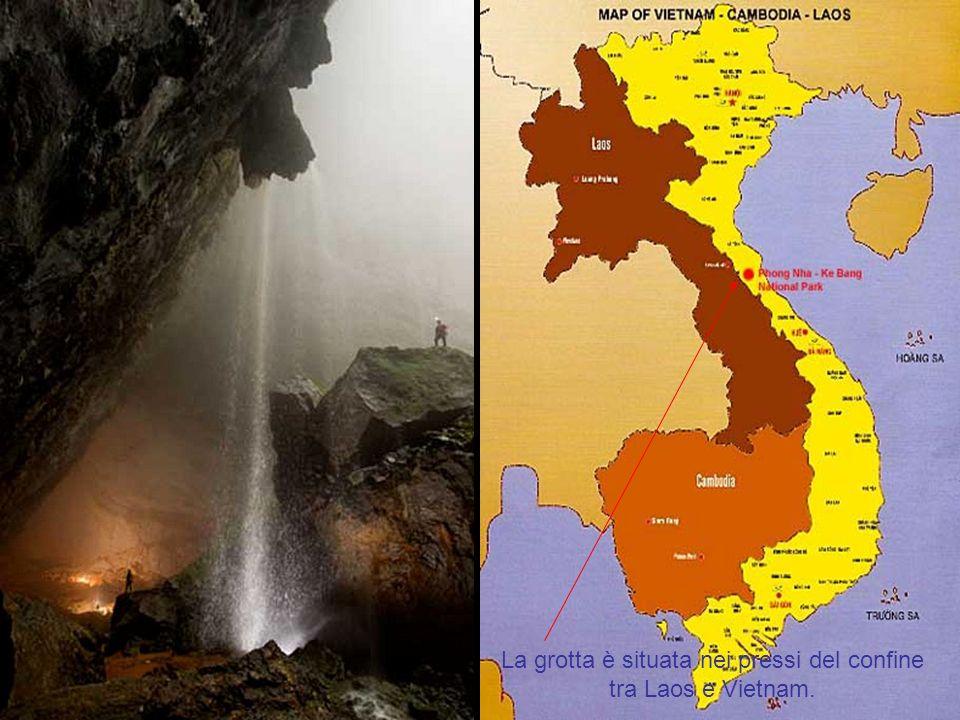 Raggi di sole penetrano nella caverna come una cascata di acque.