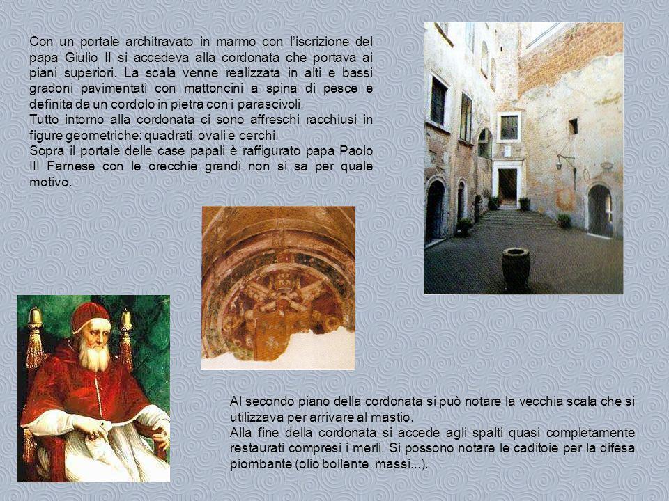 Con un portale architravato in marmo con liscrizione del papa Giulio II si accedeva alla cordonata che portava ai piani superiori.