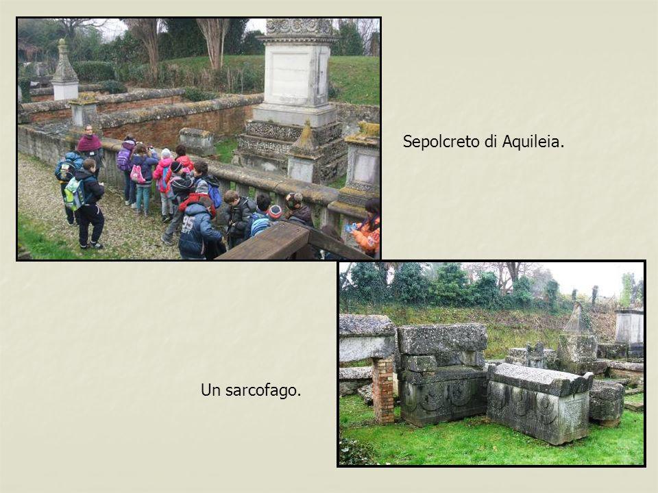 Sepolcreto di Aquileia. Un sarcofago.