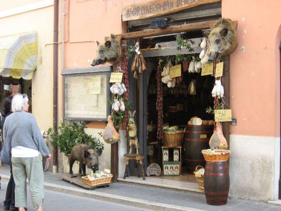 Ma Norcia non è solo la località natale di san Benedetto: la cittadina vanta lavere diffuso in tutta Italia larte di lavorare la carne di maiale.