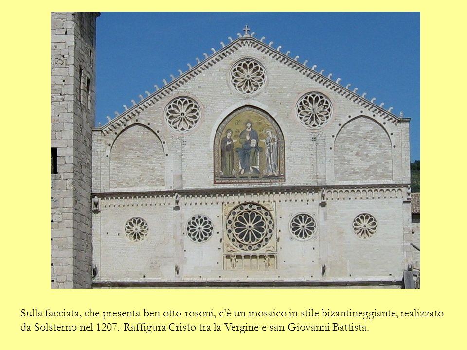 Sulla facciata, che presenta ben otto rosoni, cè un mosaico in stile bizantineggiante, realizzato da Solsterno nel 1207.