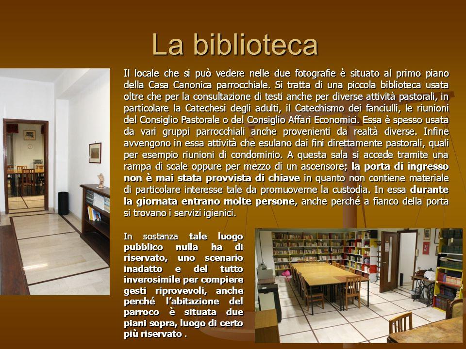 La biblioteca Il locale che si può vedere nelle due fotografie è situato al primo piano della Casa Canonica parrocchiale.