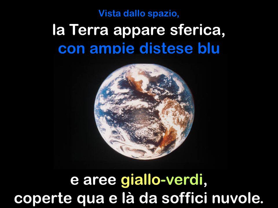 Vista dallo spazio, la Terra appare sferica, con ampie distese blu e aree giallo-verdi, coperte qua e là da soffici nuvole.