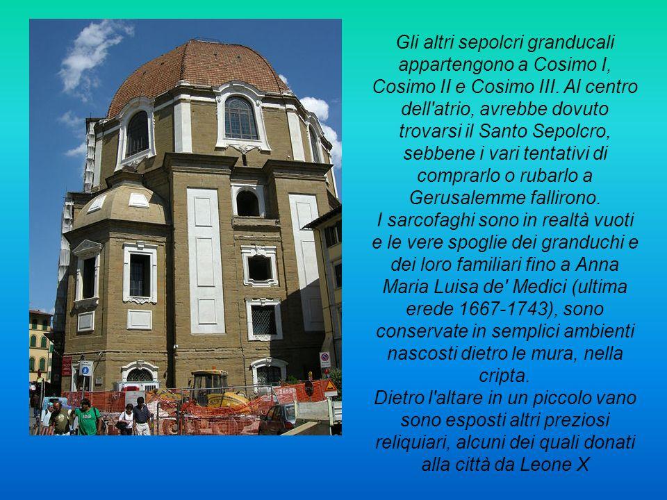 Gli altri sepolcri granducali appartengono a Cosimo I, Cosimo II e Cosimo III. Al centro dell'atrio, avrebbe dovuto trovarsi il Santo Sepolcro, sebben