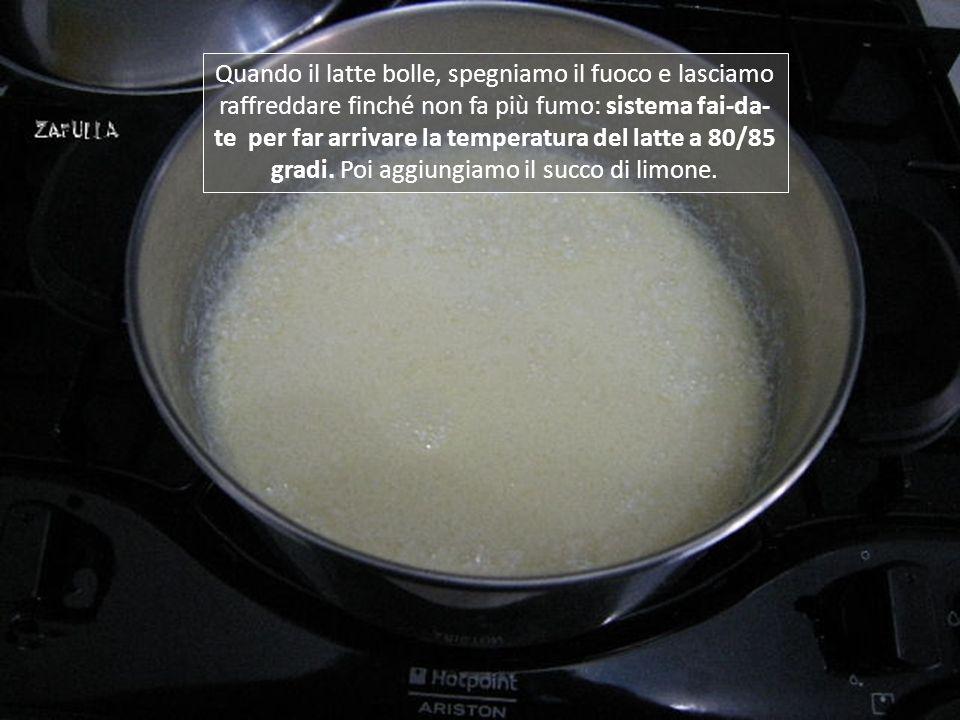 e lo filtriamo: per 1 litro di latte basterà il succo di poco più di mezzo limone; uno intero è troppo, non esagerate che poi si sente.