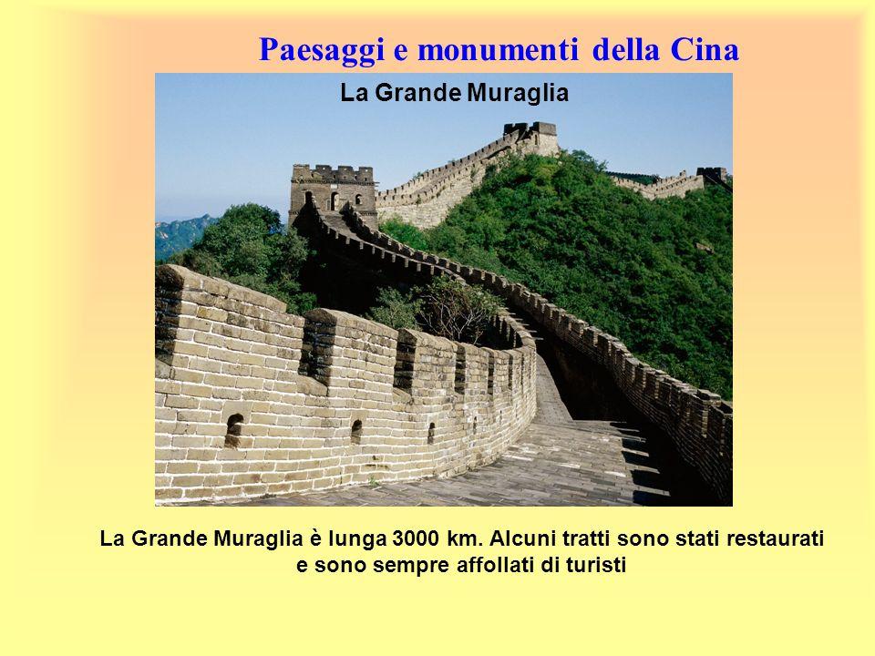 Paesaggi e monumenti della Cina La Grande Muraglia è lunga 3000 km. Alcuni tratti sono stati restaurati e sono sempre affollati di turisti La Grande M
