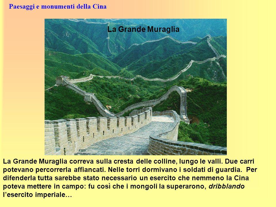 Paesaggi e monumenti della Cina La Grande Muraglia correva sulla cresta delle colline, lungo le valli. Due carri potevano percorrerla affiancati. Nell