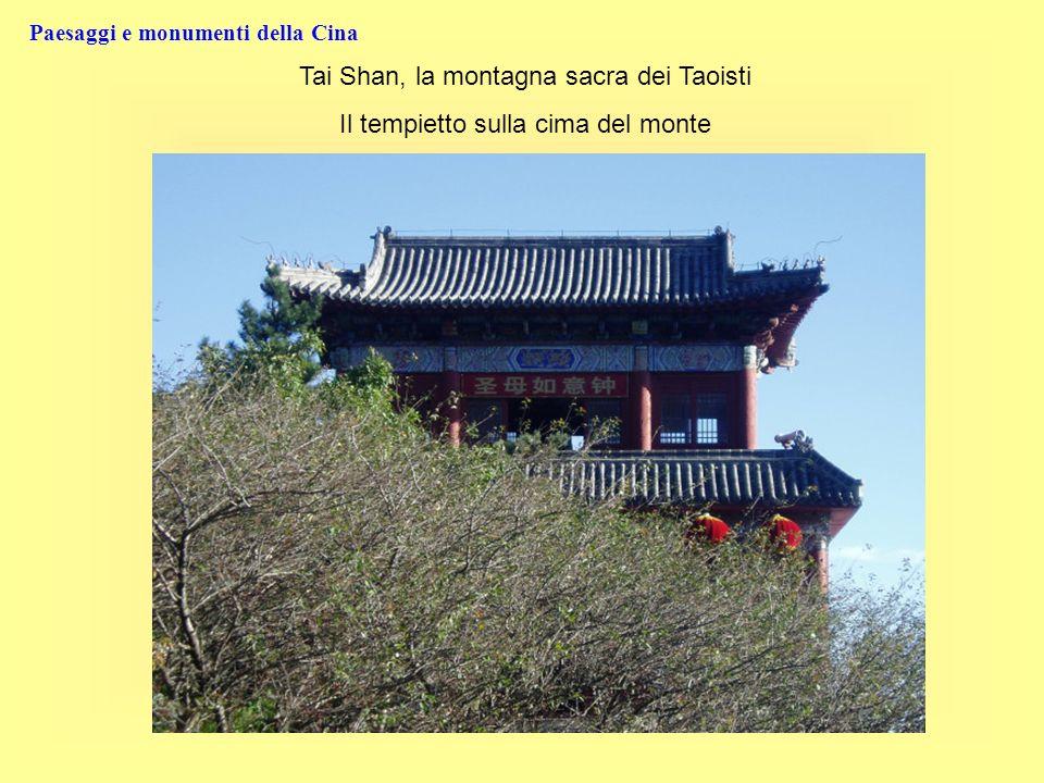 Paesaggi e monumenti della Cina Tai Shan, la montagna sacra dei Taoisti Il tempietto sulla cima del monte