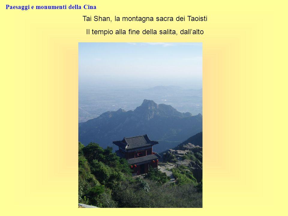 Paesaggi e monumenti della Cina Tai Shan, la montagna sacra dei Taoisti Il tempio alla fine della salita, dallalto