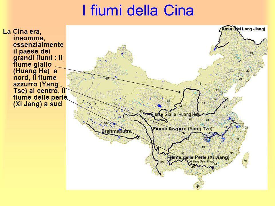 I fiumi della Cina La Cina era, insomma, essenzialmente il paese dei grandi fiumi : il fiume giallo (Huang He) a nord, il fiume azzurro (Yang Tse) al