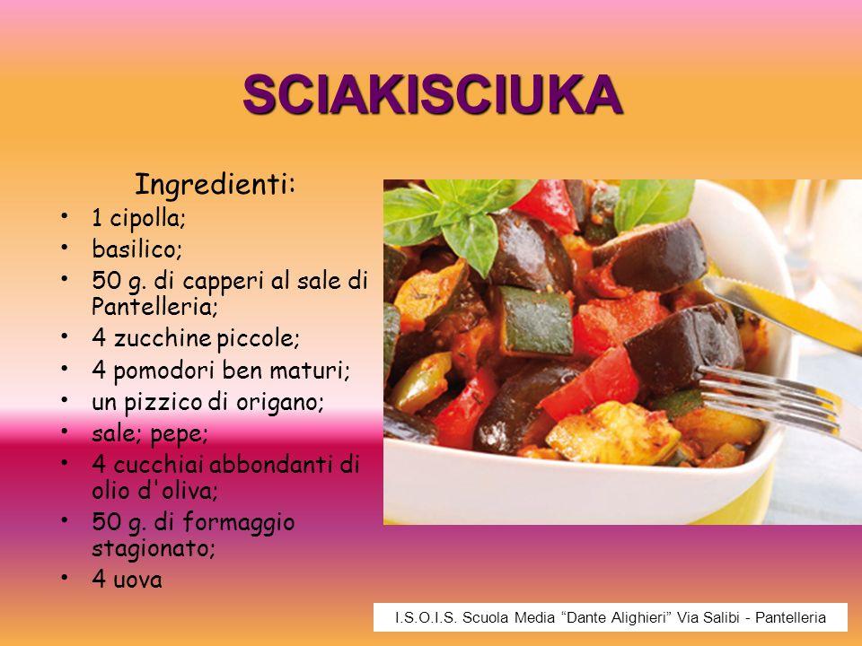SCIAKISCIUKA Ingredienti: 1 cipolla; basilico; 50 g. di capperi al sale di Pantelleria; 4 zucchine piccole; 4 pomodori ben maturi; un pizzico di origa