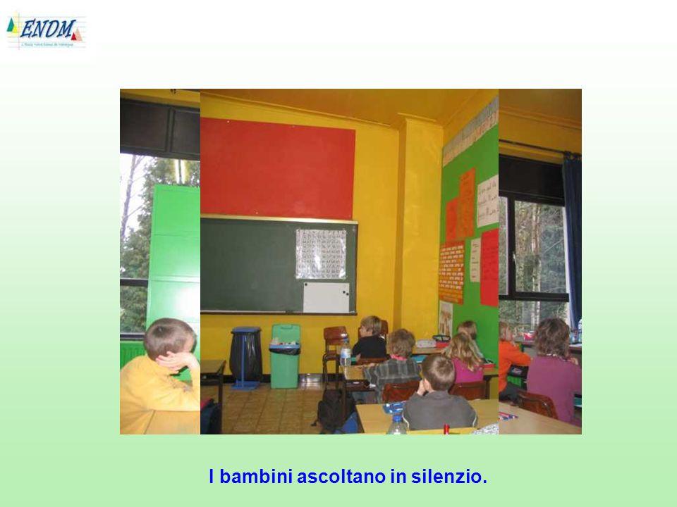 I bambini ascoltano in silenzio.