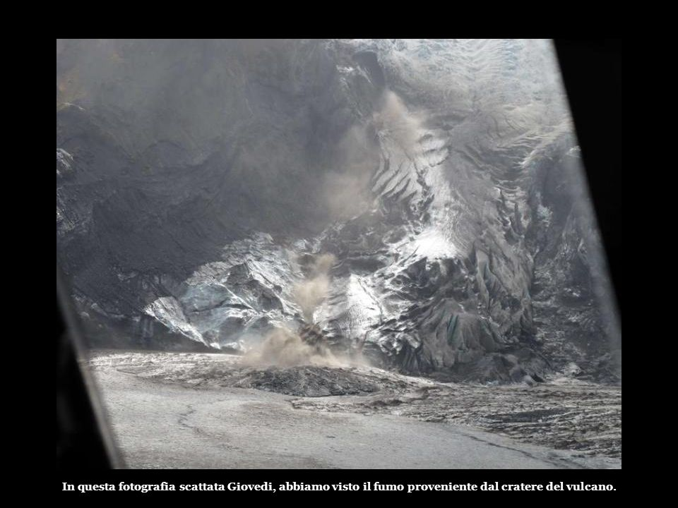 In questa fotografia scattata Giovedi, abbiamo visto il fumo proveniente dal cratere del vulcano.
