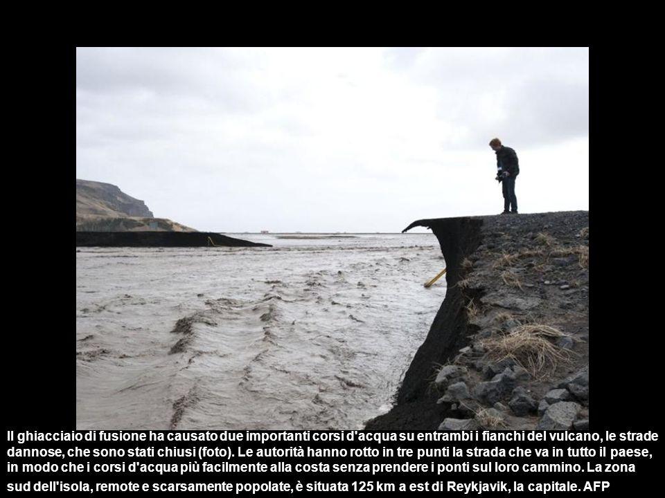 Il ghiacciaio di fusione ha causato due importanti corsi d acqua su entrambi i fianchi del vulcano, le strade dannose, che sono stati chiusi (foto).