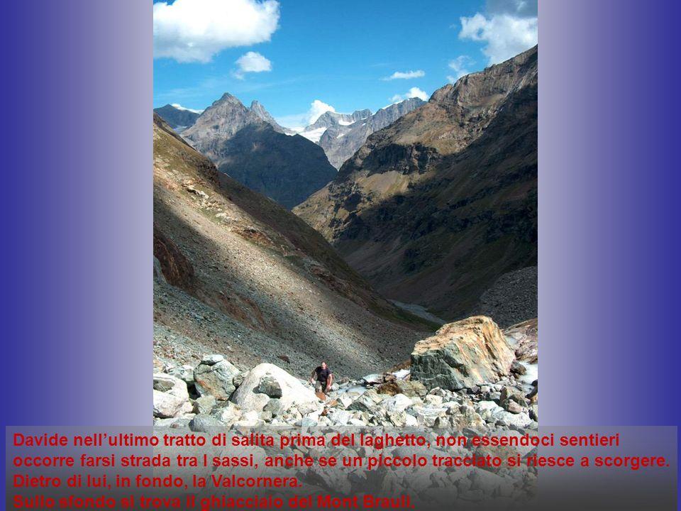 Davide nellultimo tratto di salita prima del laghetto, non essendoci sentieri occorre farsi strada tra I sassi, anche se un piccolo tracciato si riesce a scorgere.