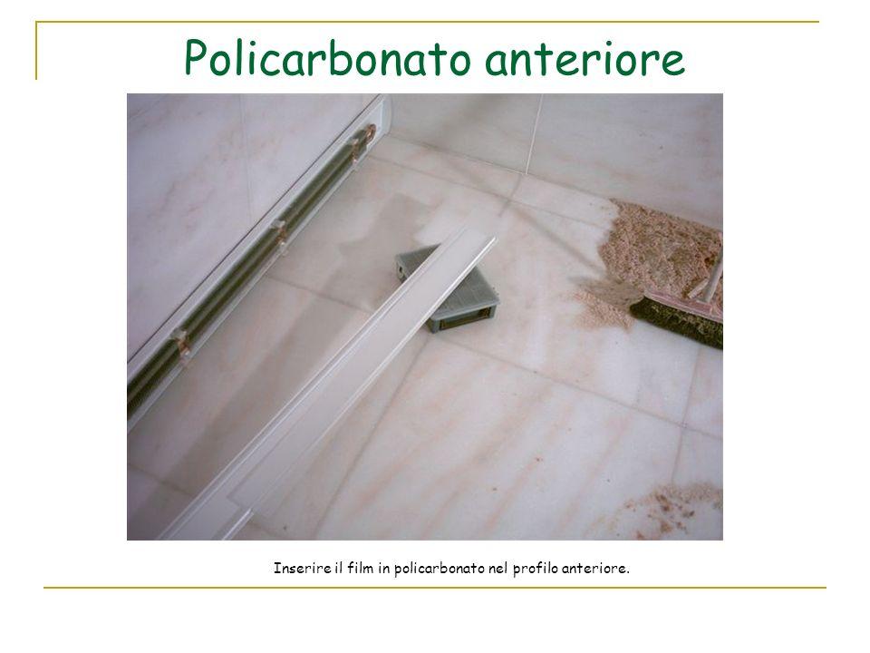 Policarbonato anteriore Inserire il film in policarbonato nel profilo anteriore.