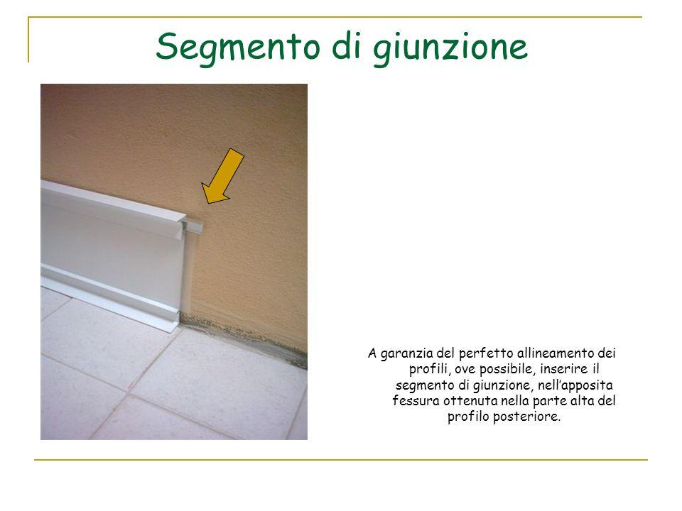 Segmento di giunzione A garanzia del perfetto allineamento dei profili, ove possibile, inserire il segmento di giunzione, nellapposita fessura ottenut