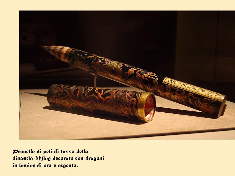 Pennello di peli di tasso della dinastia Ming decorato con dragoni in lamine di oro e argento.