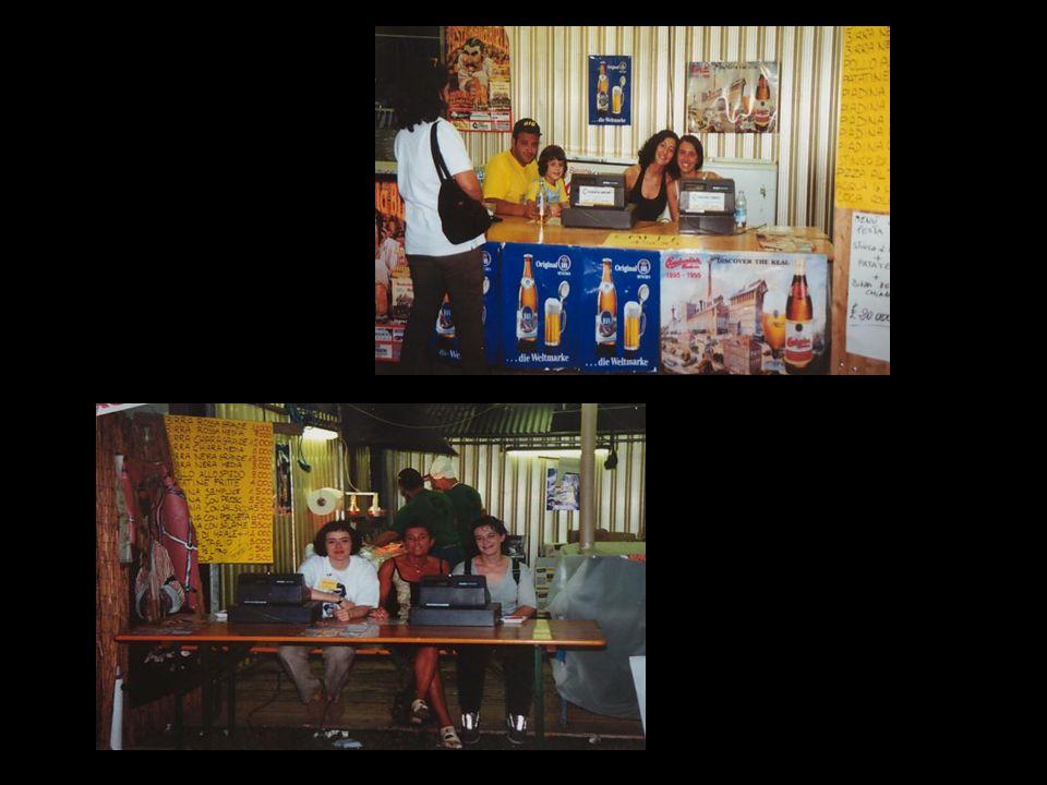 Ammirato il boccalone di cartapesta e salutati diversi amici decidiamo di dirigersi al bancone per scolarci una bella birraccia … Intanto la musica della banda coinvolge la folla … La sete aumenta, col caldo che fa ….