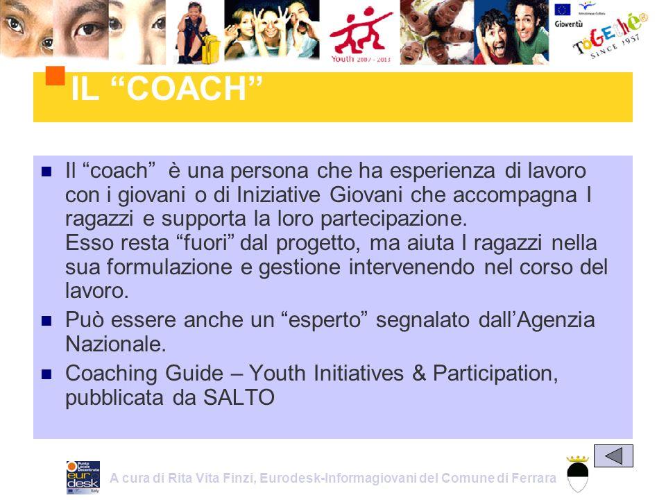 Il coach è una persona che ha esperienza di lavoro con i giovani o di Iniziative Giovani che accompagna I ragazzi e supporta la loro partecipazione.