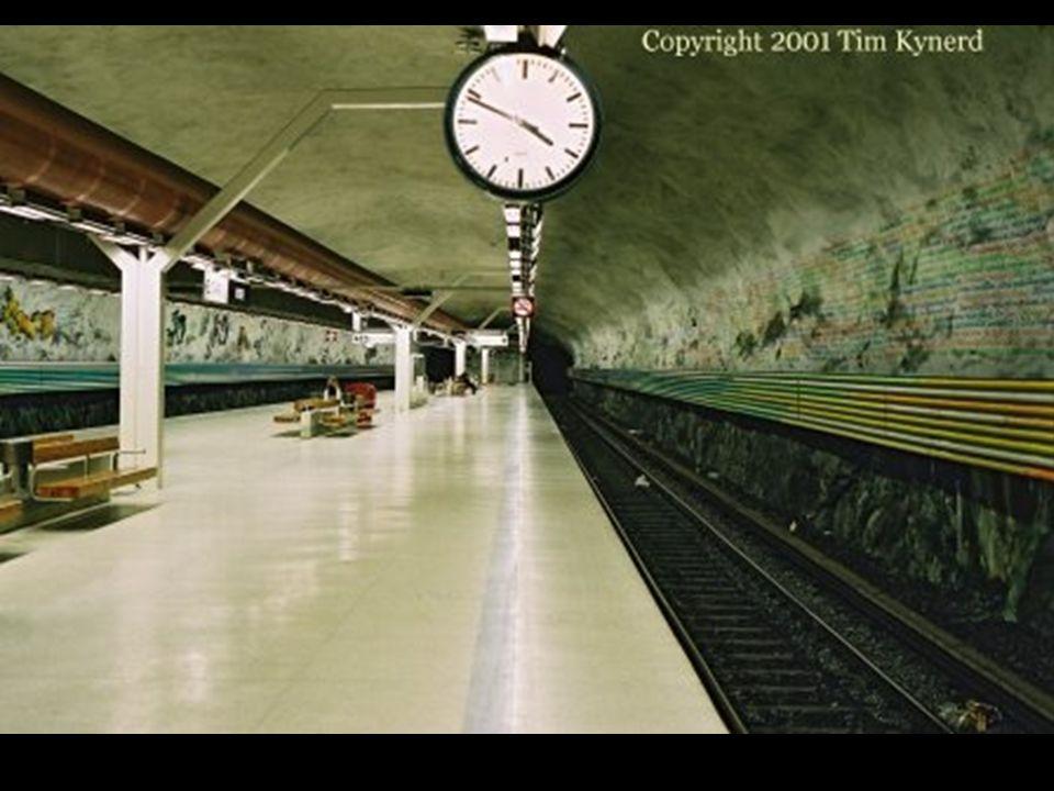 Nella stazione Rissne, un affresco informativo, realizzato sopra la parete e lungo i marciapiedi, racconta la storia delle civilizzazioni della terra.