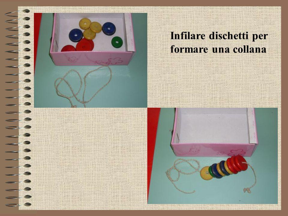 Sistemare mollette da bucato sul cartoncino rigido del colore corrispondente