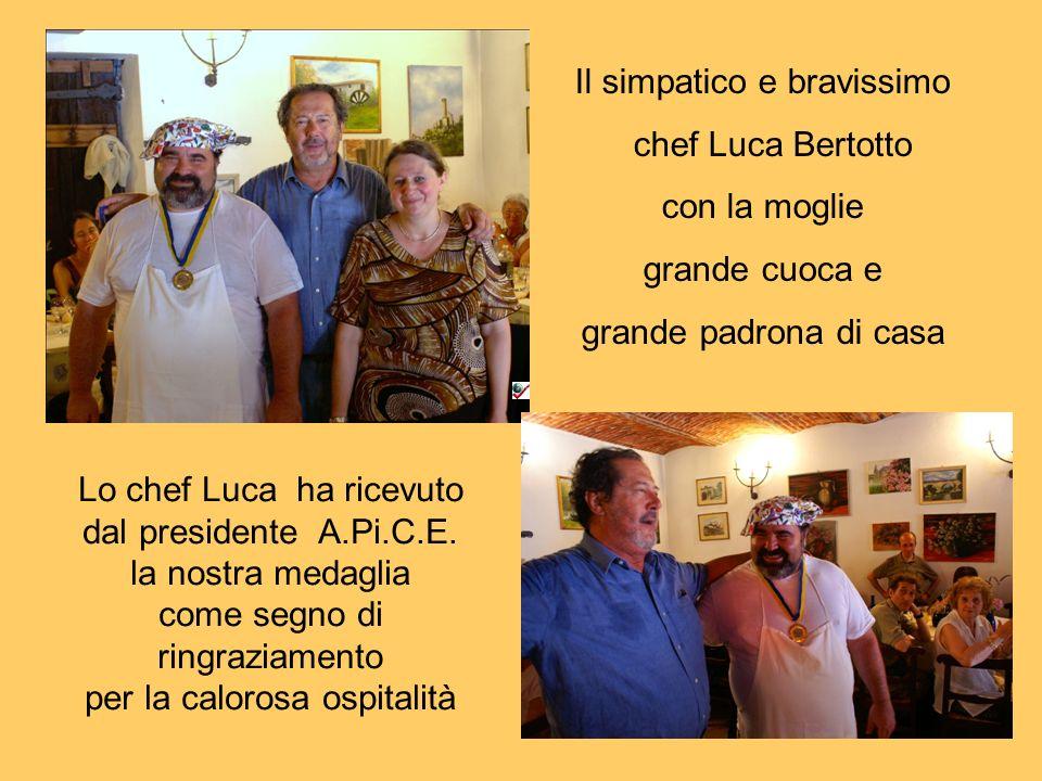 Il simpatico e bravissimo chef Luca Bertotto con la moglie grande cuoca e grande padrona di casa Lo chef Luca ha ricevuto dal presidente A.Pi.C.E. la