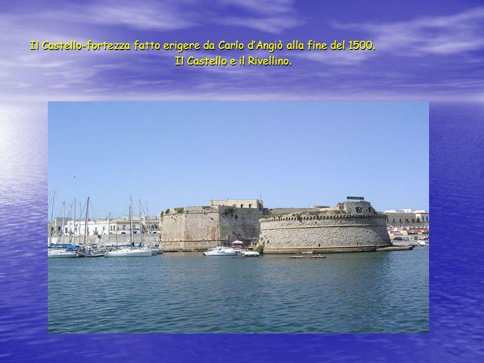Il Castello-fortezza fatto erigere da Carlo dAngiò alla fine del 1500. Il Castello e il Rivellino.