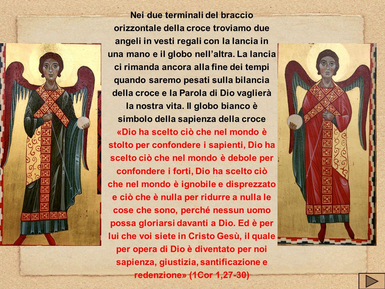 Nei due terminali del braccio orizzontale della croce troviamo due angeli in vesti regali con la lancia in una mano e il globo nellaltra. La lancia ci