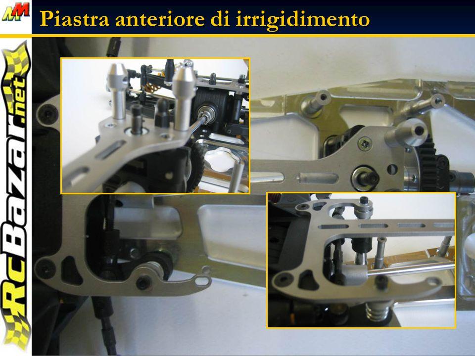 Piastra anteriore di irrigidimento Prepariamo la piastra anteriore di irrigidimento, montando le colonnine e la testina uniball per il tirante posteriore, ricordandoci il frenafiletti blu....