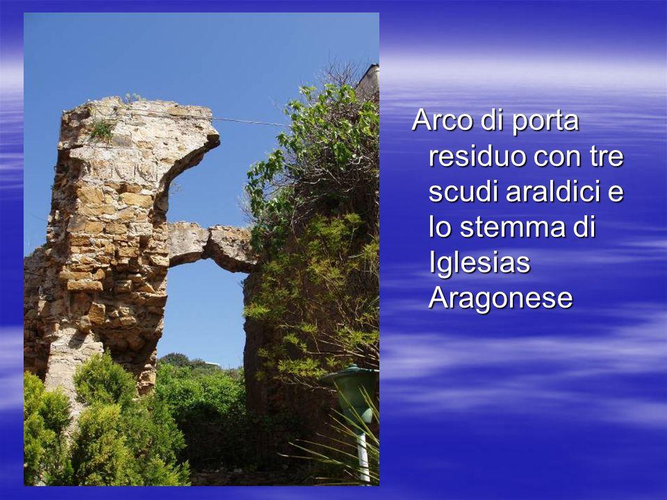 Arco di porta residuo con tre scudi araldici e lo stemma di Iglesias Aragonese Arco di porta residuo con tre scudi araldici e lo stemma di Iglesias Aragonese