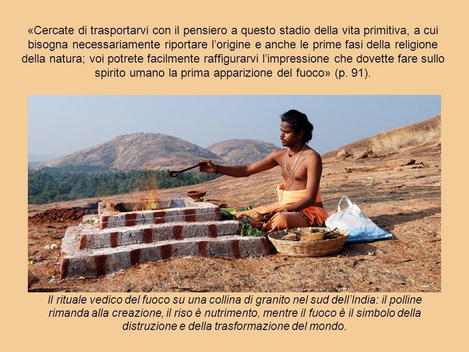 Il rituale vedico del fuoco su una collina di granito nel sud dellIndia: il polline rimanda alla creazione, il riso è nutrimento, mentre il fuoco è il