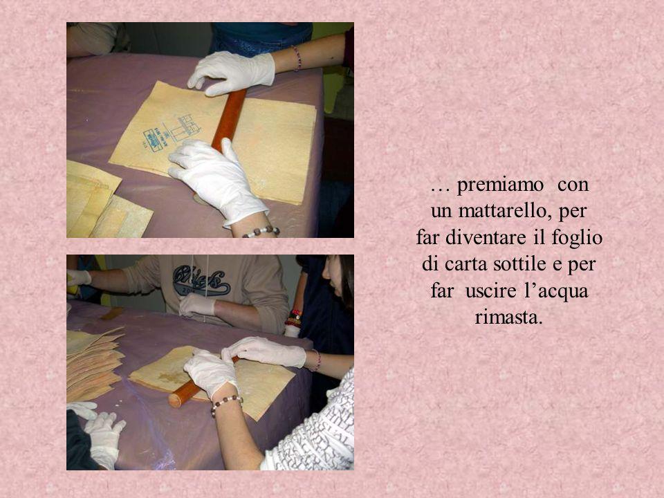 … premiamo con un mattarello, per far diventare il foglio di carta sottile e per far uscire lacqua rimasta.