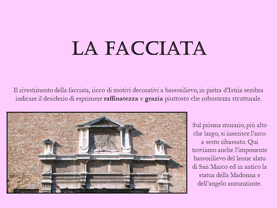 Il rivestimento della facciata, ricco di motivi decorativi a bassorilievo, in pietra dIstria sembra indicare il desiderio di esprimere raffinatezza e