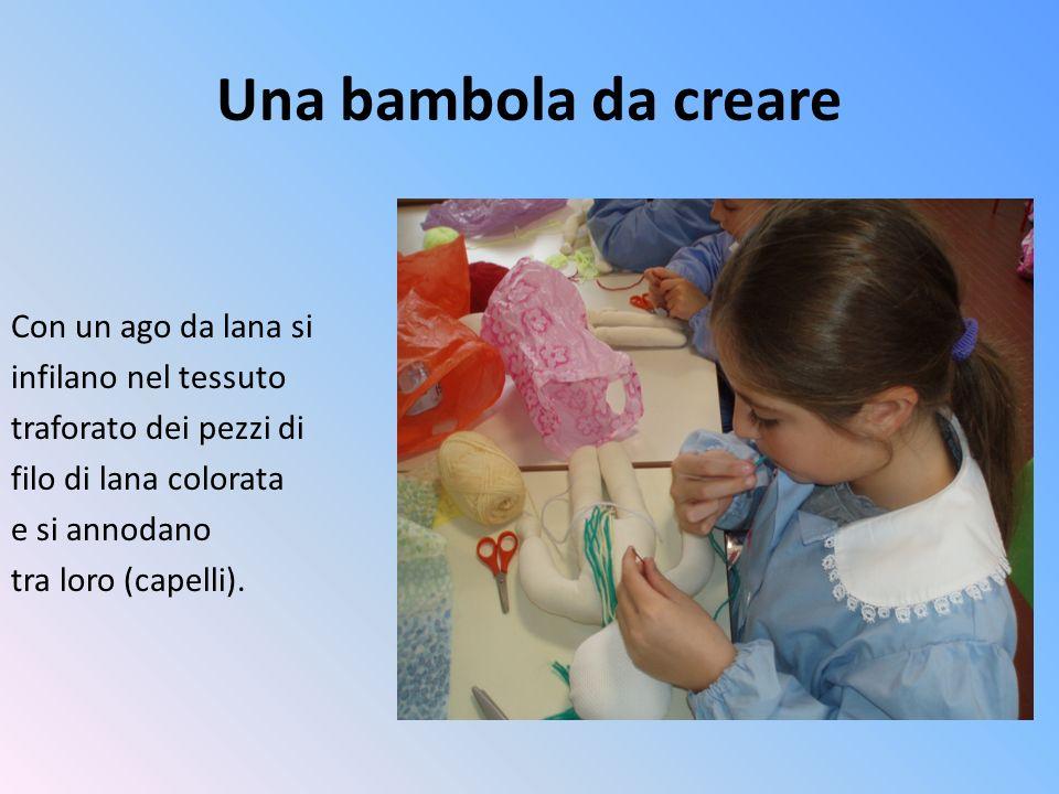 Una bambola da creare Con un ago da lana si infilano nel tessuto traforato dei pezzi di filo di lana colorata e si annodano tra loro (capelli).