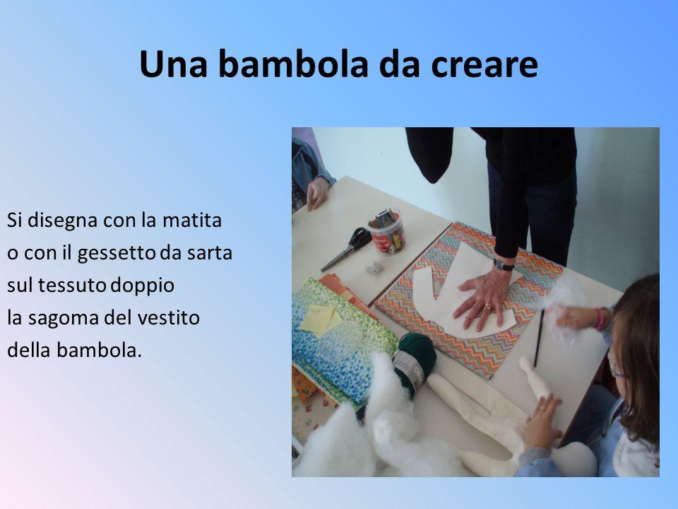 Una bambola da creare Si disegna con la matita o con il gessetto da sarta sul tessuto doppio la sagoma del vestito della bambola.