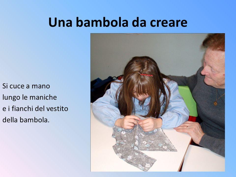 Una bambola da creare Si cuce a mano lungo le maniche e i fianchi del vestito della bambola.