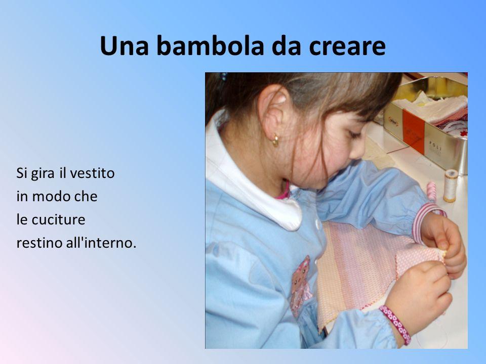 Una bambola da creare Si gira il vestito in modo che le cuciture restino all'interno.