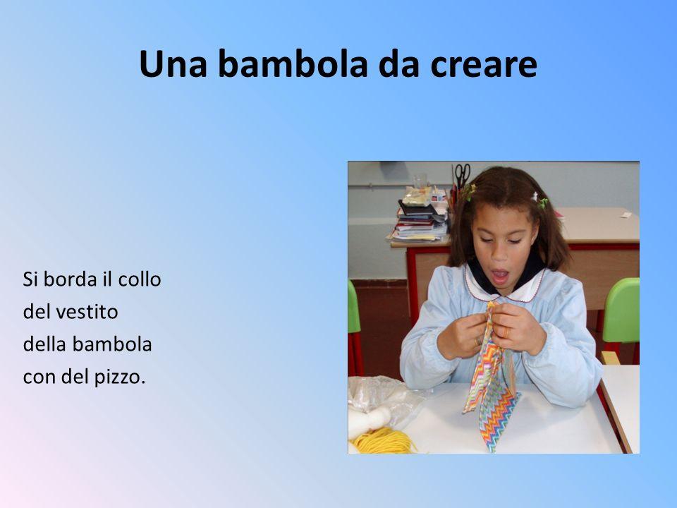 Una bambola da creare Si borda il collo del vestito della bambola con del pizzo.