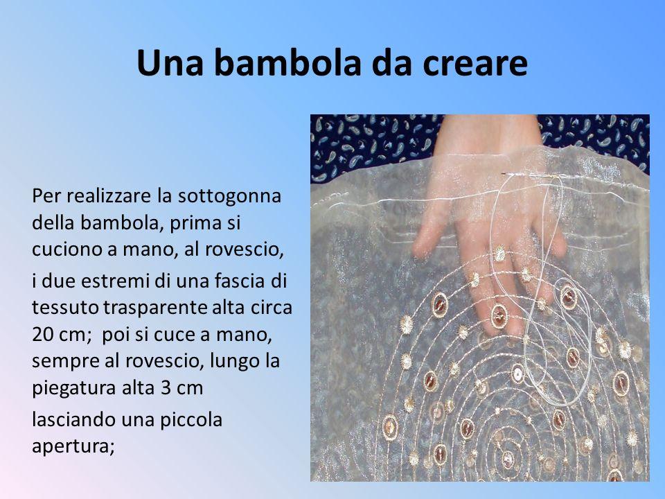 Una bambola da creare Per realizzare la sottogonna della bambola, prima si cuciono a mano, al rovescio, i due estremi di una fascia di tessuto traspar