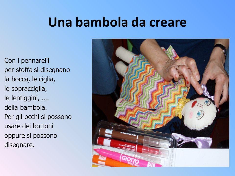 Una bambola da creare Con i pennarelli per stoffa si disegnano la bocca, le ciglia, le sopracciglia, le lentiggini, …. della bambola. Per gli occhi si